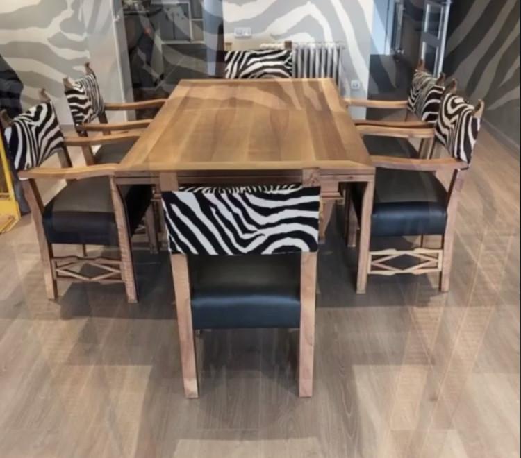 Sillas restauradas, asientos tapizados en piel, respaldos en terciopelo, motivo zebra